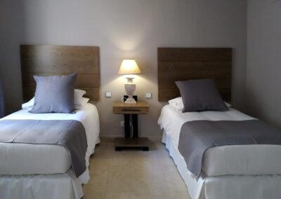 Interiorismo decoración habitación doble La Manga club Cartagena