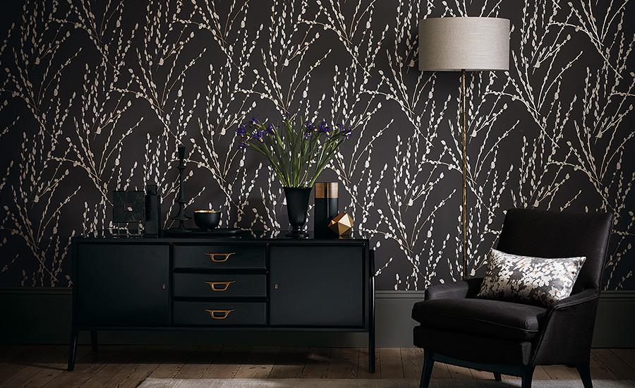 papel pintado color negro y mueble de diseño