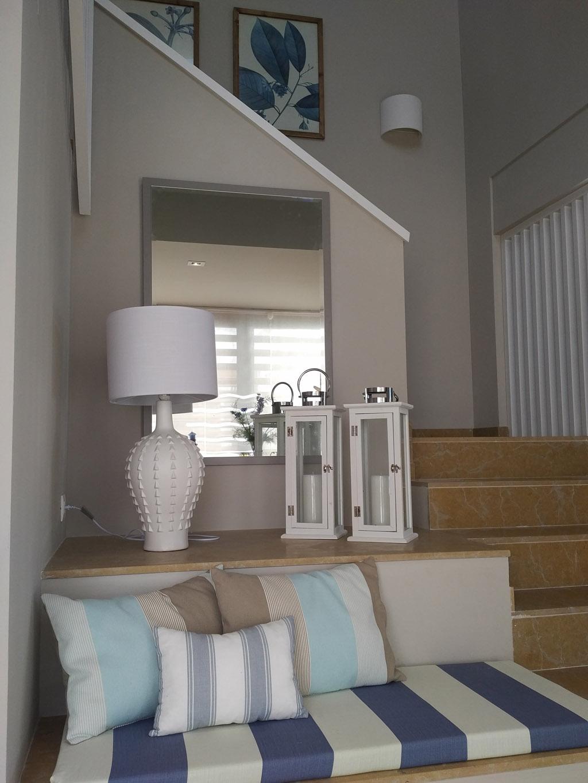 Decoracion textil en azul blanco y beige en recibidor