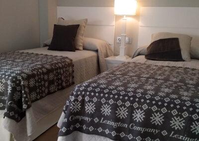 dormitorio invitados con muebles lacados en blanco