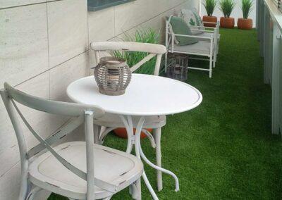 jardín urbano césped sintético mobiliario exterior
