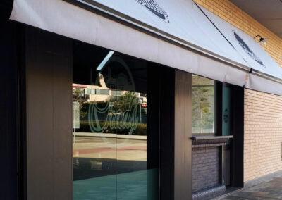 fachada exterior y entrada al restaurante