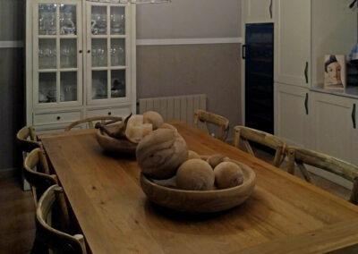 Detalle centros de mesa cuencos naturales y bolas de madera
