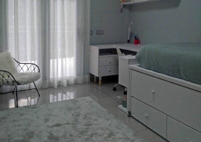 Composición juvenil con cama nido y escritorio, alfombra pelo corto verde agua