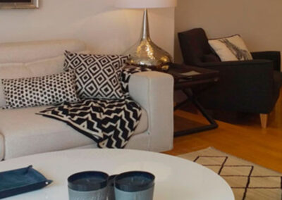 Salón en blanco y negro mobiliario lacado en blanco lampara en metal  plateado