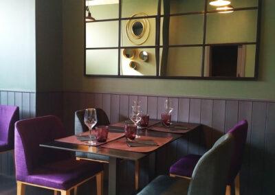 mesa para cuatro comensales con espejo ventana en  negro