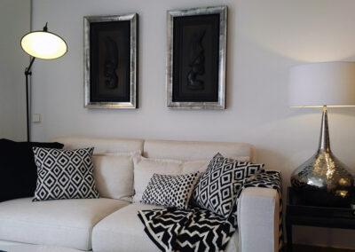 sofá en blanco con textiles combinados y decoración etnica