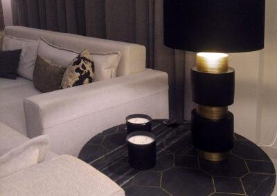 Detalle mesa de apoyo en marmol con cuadricula en latón