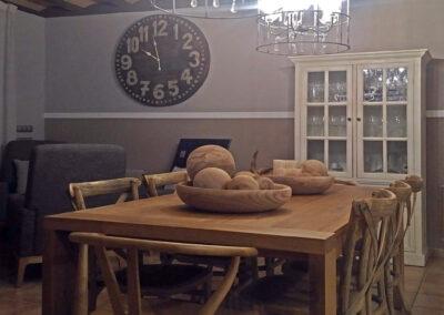 Comedor bodega con mobiliario en madera natural lamparas suspensión de araña