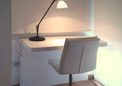 Estudio con mesa en L blanca