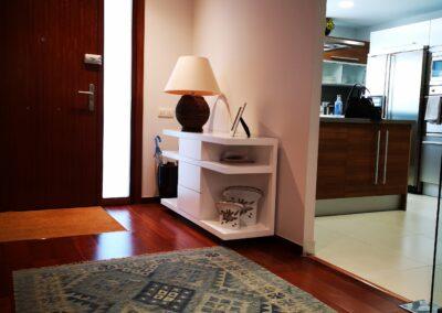 Recibidor mueble lacado en blanco y alfombra kilim en azule