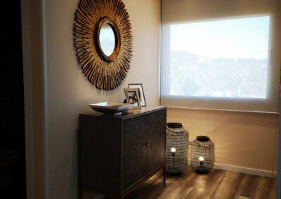 Comoda tapizada en piel de raya Galuxa con espejo en oro viejo y fotoforos en metal negro