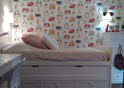7 Dormitorio juvenil papel en rosa y blanco