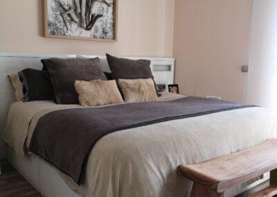 dormitorio principal en beige y gris