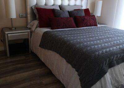 dormitorio de invitados en gris plateado blanco y vino