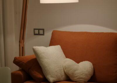 Detalle lampara salón. Combinación naranja Tangerine, blanco y madera.
